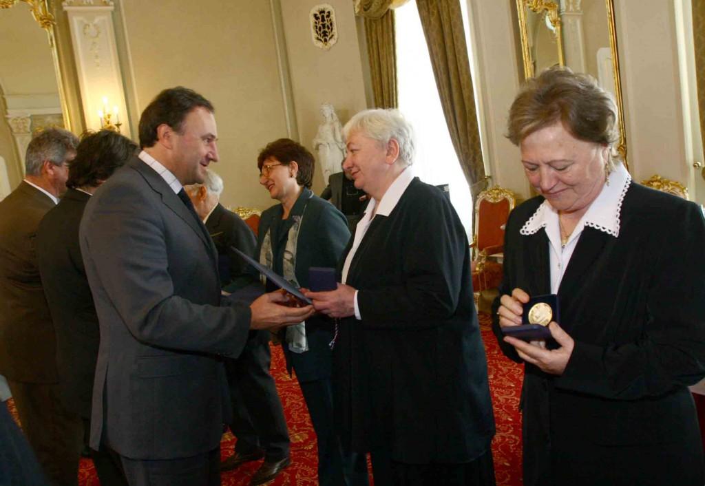 Haraszti-Mészáros Erzsébet a Szlovák Köztársaság Ezüst Keresztje kitüntetésben részesült, 2005