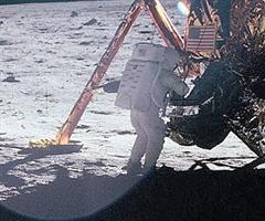 Neil Armstrong a Hold felszínén.  Két és fél óra az örökkévalóságnak