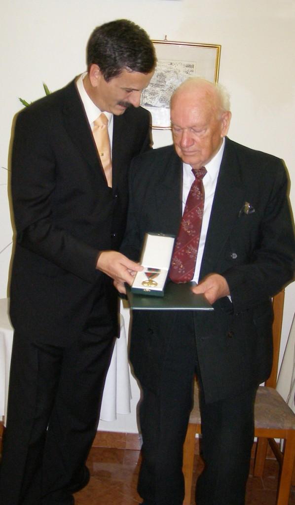 Heizer Antal átadja a kitüntetést Ág Tibornak. Foto © Haraszti Mária